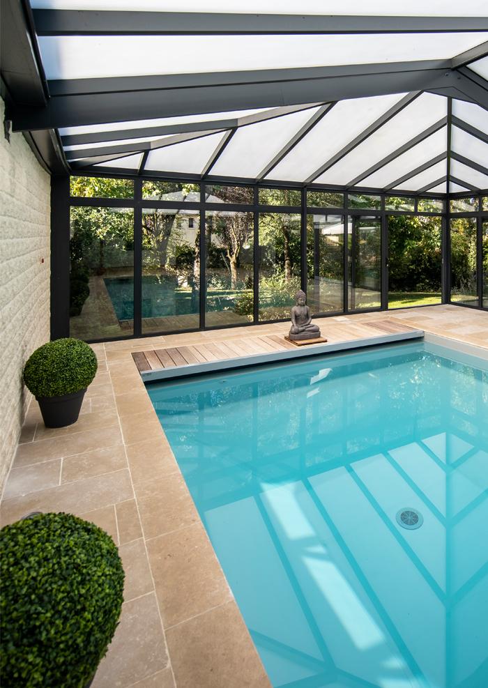 Véranda au design sobre et zen sur piscine : un réalisation Cover Concept