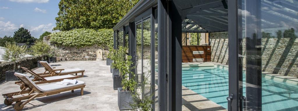 Ouvrants coulissants latéraux d'une véranda pour piscine