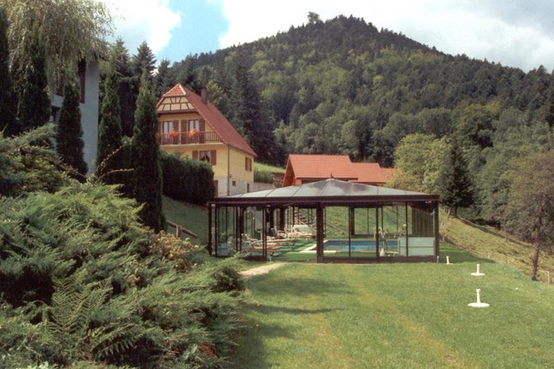 Véranda piscine magnifiquement intégrée au paysage