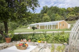 Une véranda pour piscine adaptée aux terrains en pente