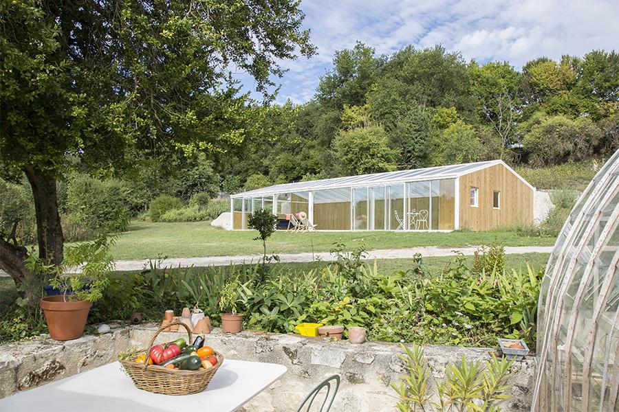 veranda-piscine-adaptee-terrain-en-pente