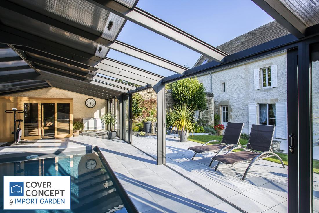 Véranda de piscine avec coulissants de toit pour une bonne régulation de chaleur