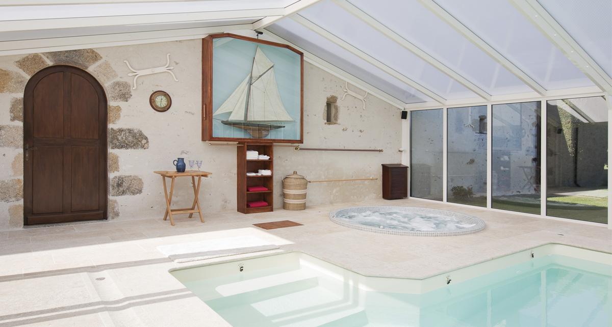 Espace spa dans la véranda piscine en aluminium blanc