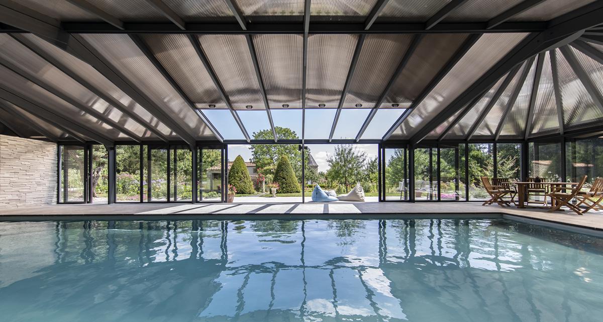La véranda pour piscine Cover Concept est très isolante une fois fermée.
