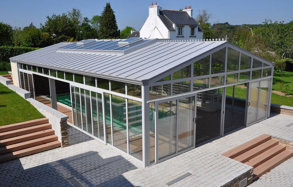 Abri piscine en harmonie avec l'environnement