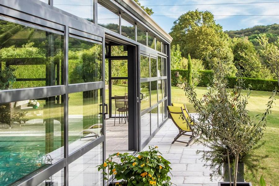 La véranda pour piscine, une ouverture sur le jardin