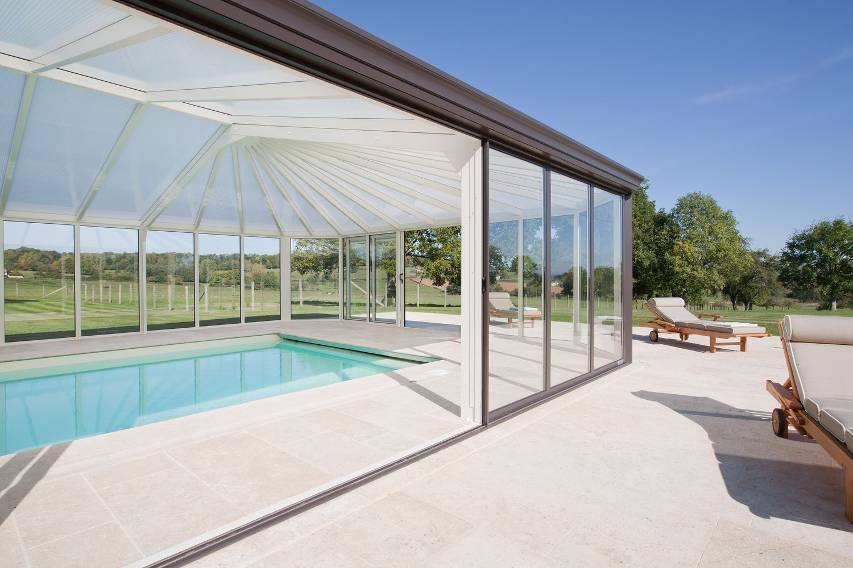 Véranda pour piscine ouverte avec baies coulissantes