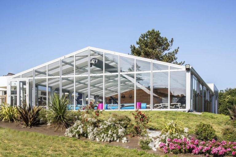 Grande véranda pour piscine dédiée au secteur des loisirs