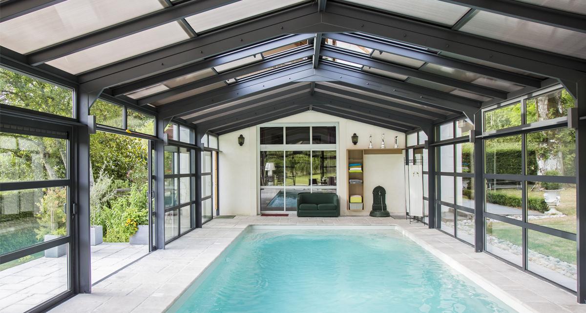 Véranda pour piscine Cover Concept dont les parois et la toiture sont isolantes.