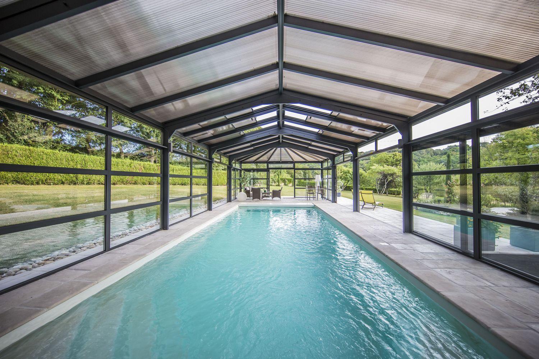 Nage quotidienne quelle que soit la météo grâce à l'abri piscine en double vitrage et polycarbonate