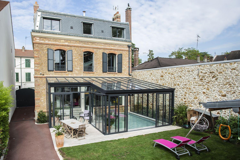 Véranda pour piscine en aluminium dans un jardin de ville