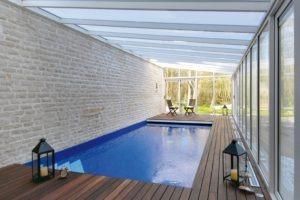 Abri piscine avec toiture polycarbonate en une pente