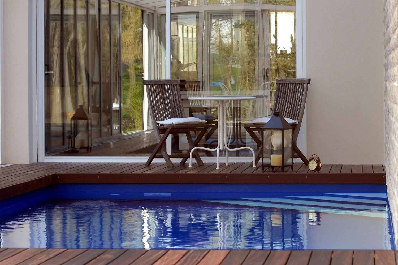 Extension d'habitation avec un abri pour piscine avec une toiture en une pente