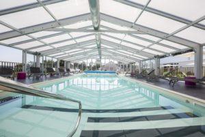 Véranda pour piscine de très grande taille de centre de vacances