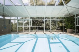 Abri piscine sur mesure avec toiture mixte