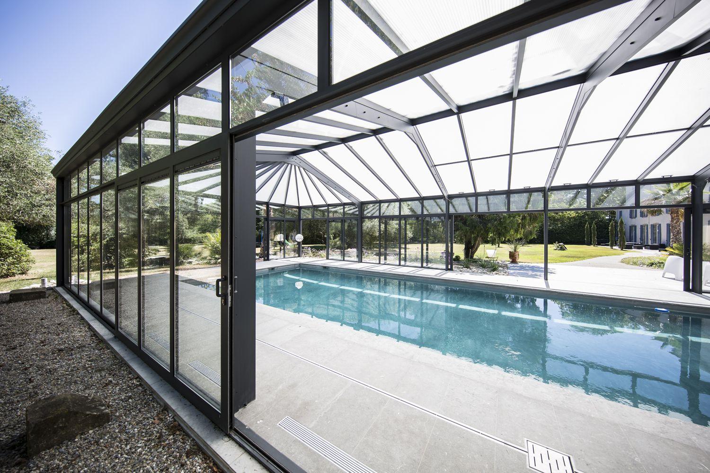 Grandes baies coulissantes de l'abri piscine
