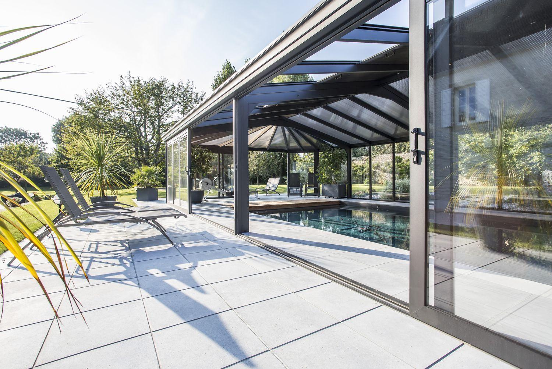 Accès direct à la piscine depuis la terrasses extérieure grâce aux grandes portes coulissantes de l'abri piscine