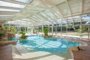Ambiance exotique sous la véranda pour piscine