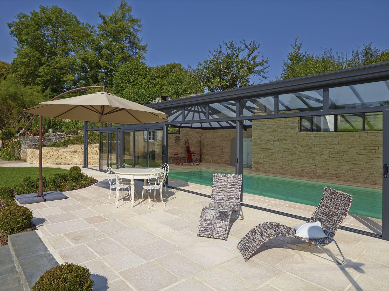 Terrasse ensoleillée au bord de la véranda pour piscine