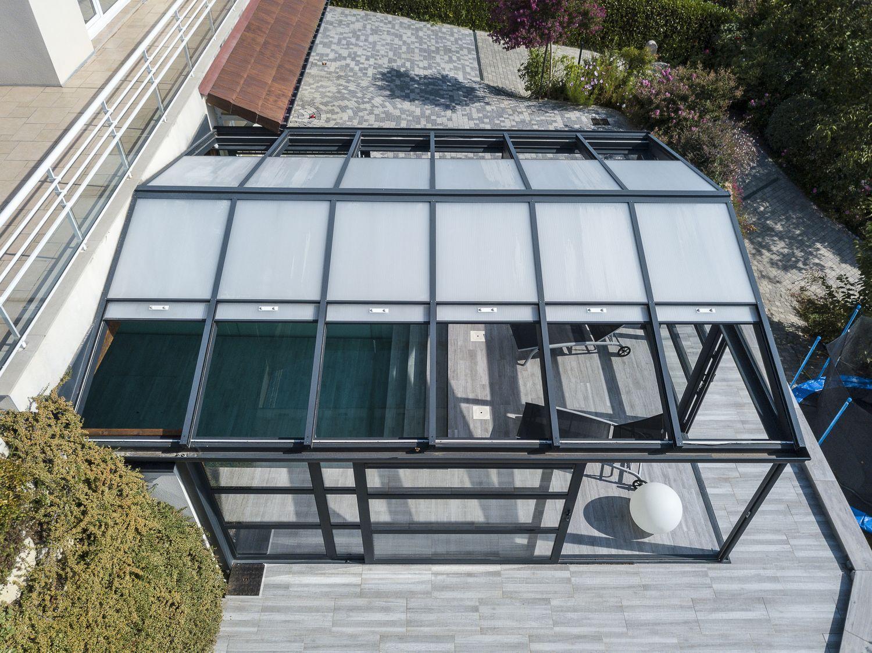 Vue sur les toits ouvrant de véranda en polycarbonate