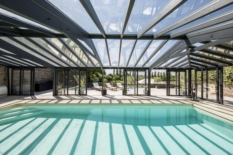 Grande luminosité avec la toiture de véranda en double vitrage et les baies coulissantes ouvertes