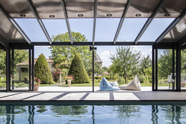 Véranda avec toit ouvrant pour piscine se transformant en pergola - Cover Concept