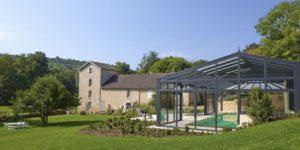 Magnifique intégration de la véranda pour piscine à la campagne