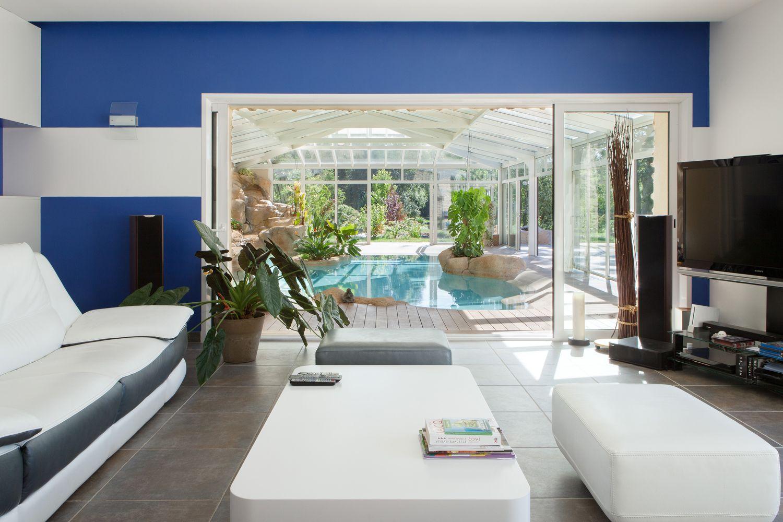 Vue sur la piscine et la véranda depuis le salon de la maison
