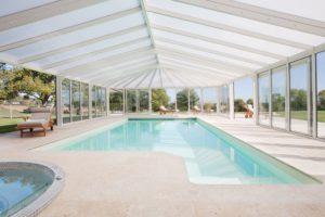 Piscine empreinte de clarté grâce au toit en polycarbonate opalin de la véranda piscine Cover Concept