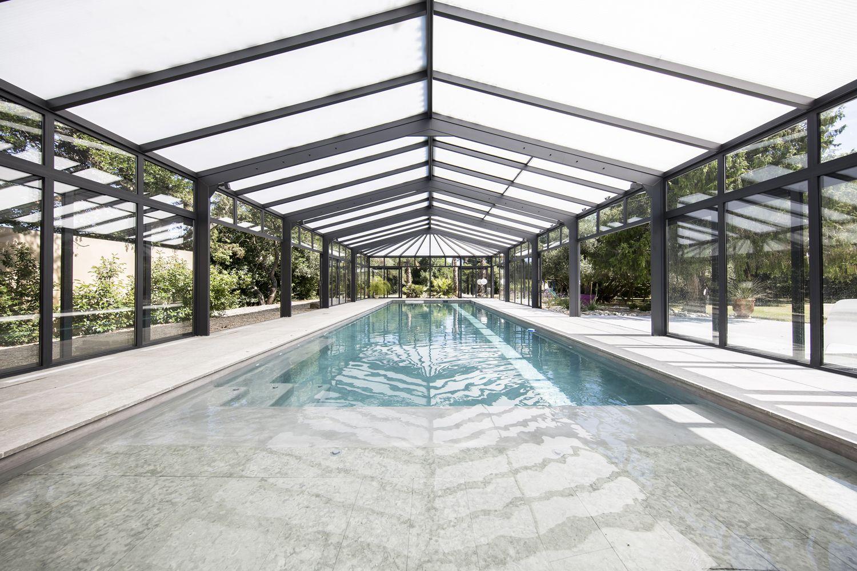 Véranda pour piscine adaptée à la piscine de longue dimension
