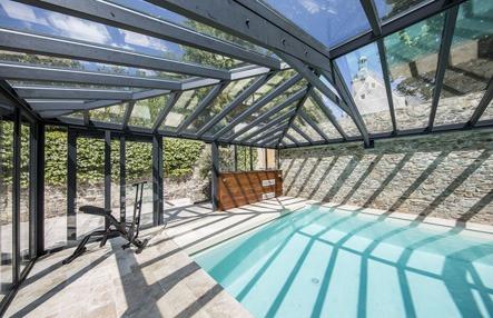 Piscine couverte par une toiture en double vitrage