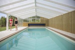 Entretenir l'eau de sa piscine avec une véranda