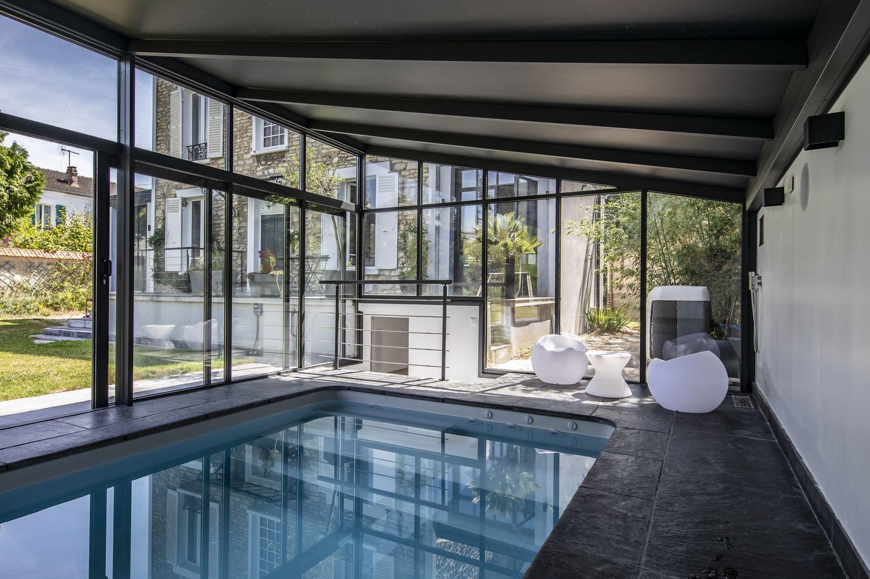 Acces à la véranda piscine en sous-terrain depuis la maison.
