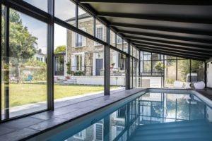 Eau de piscine paisible sous véranda une pente proche de la maison