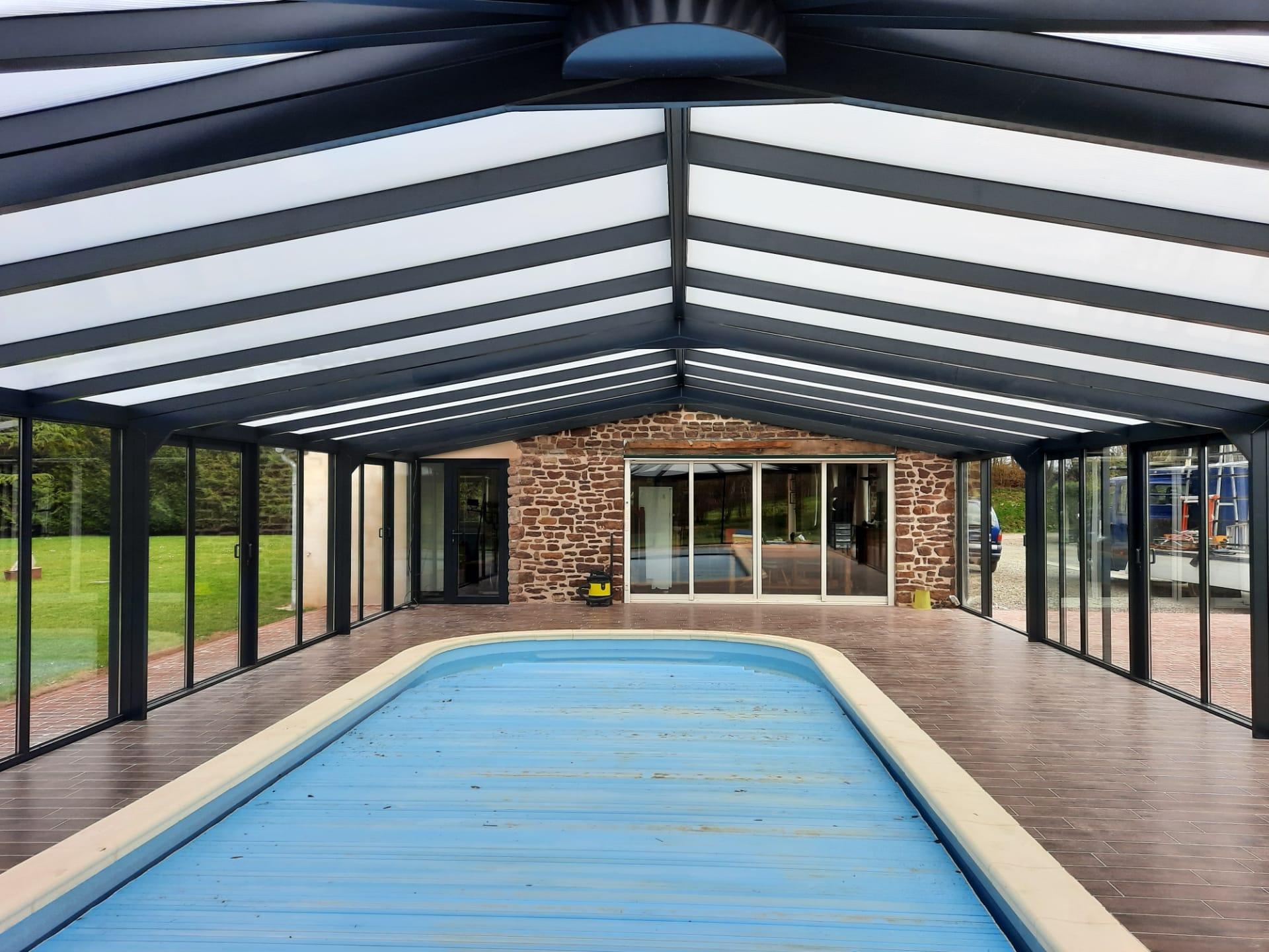Intérieur d'un abri haut pour piscine