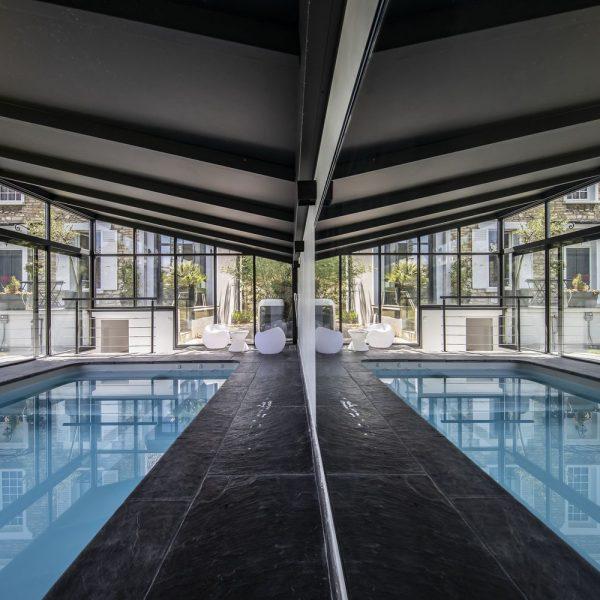 Deux piscines intérieures pour le prix d'une grace à un miroir