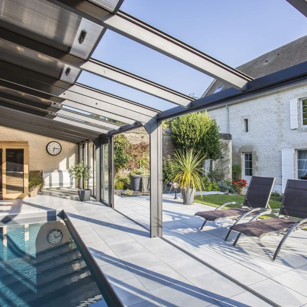 Portes coulissantes et toits ouvrants de la véranda pour piscine entièrement ouvertes