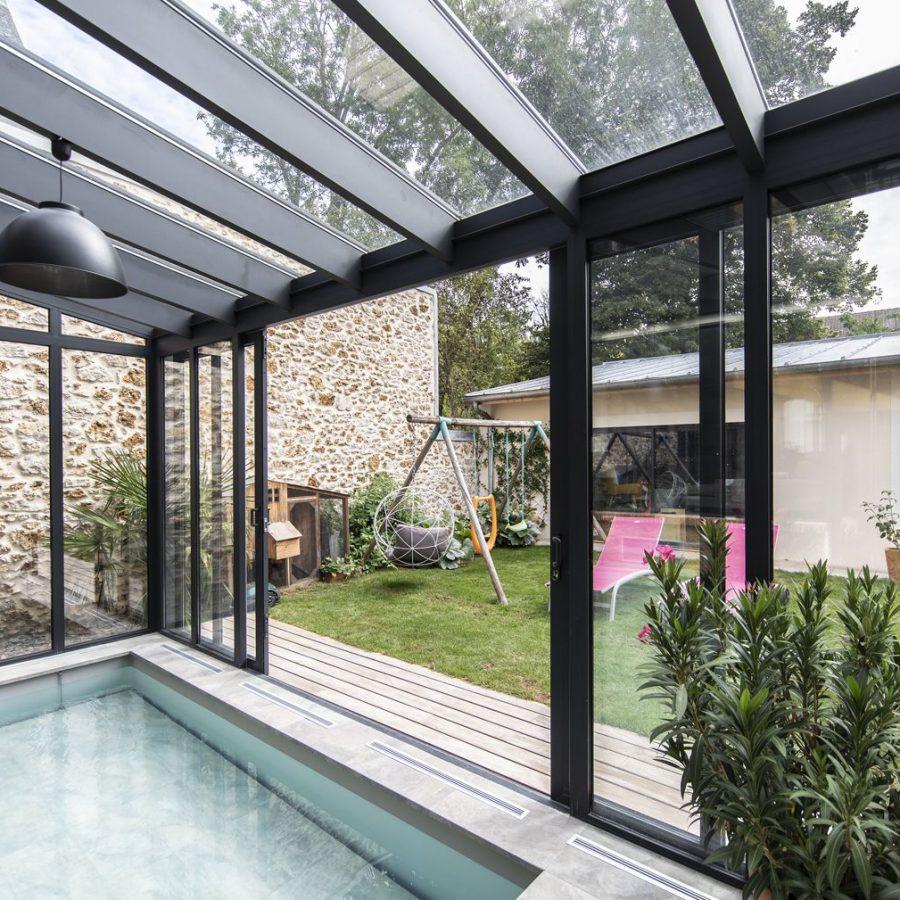 Transparence maximale pour profiter du jardin depuis la véranda pour piscine
