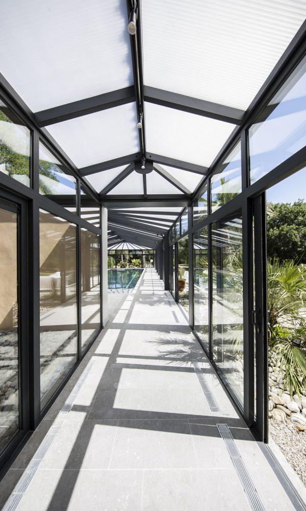 Extension de la véranda pour piscine pour former un couloir d'accès à la maison