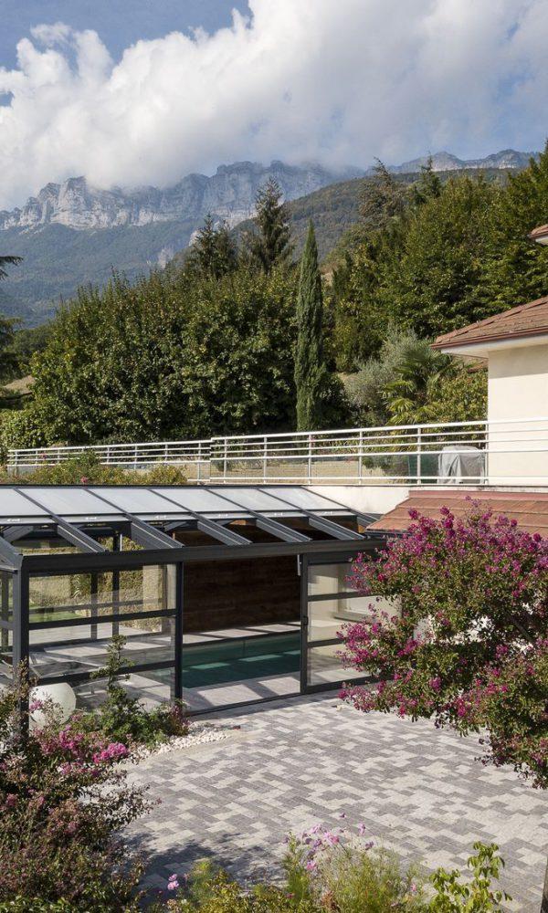 Porte coulissante et toit ouvrant de la véranda pour piscine