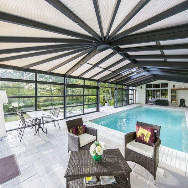 Plus qu'une simple véranda pour piscine, une pièce à vivre adossée à la maison