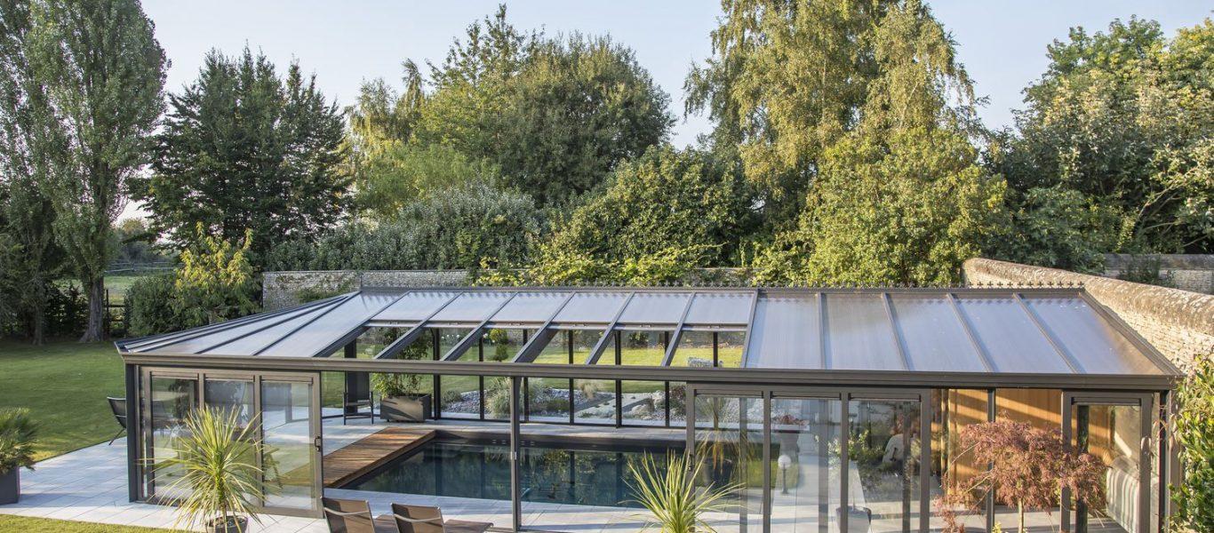 Vue extérieure de la véranda pour piscine en double vitrage et polycarbonate