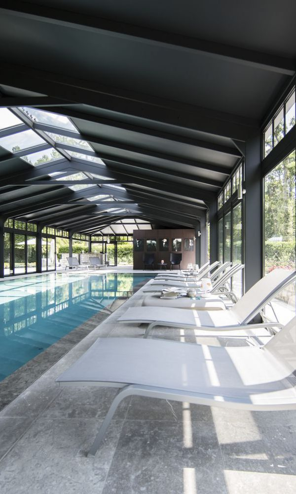 Espace de détente à l'intérieur de la véranda pour piscine haut de gamme