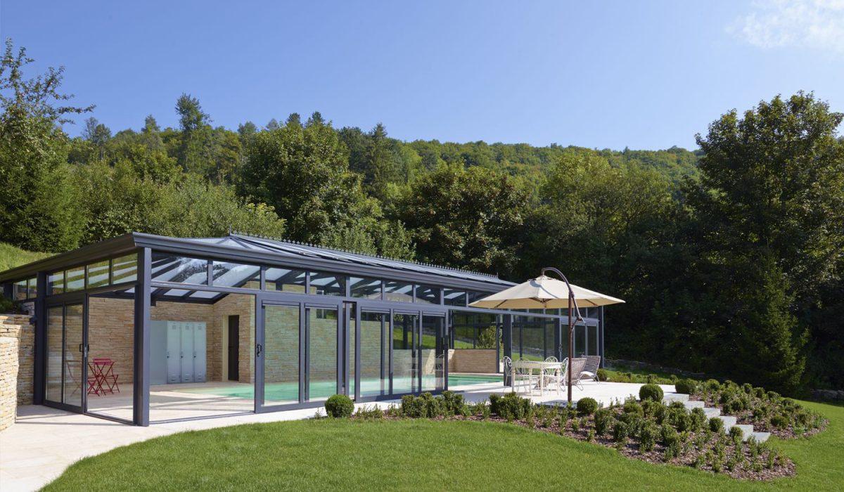 Terrasse à côté de la véranda pour piscine