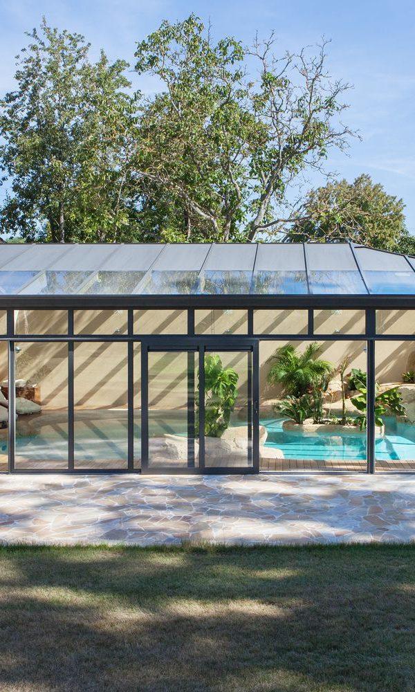 Abri piscine en aluminium bicolore avec portes coulissantes