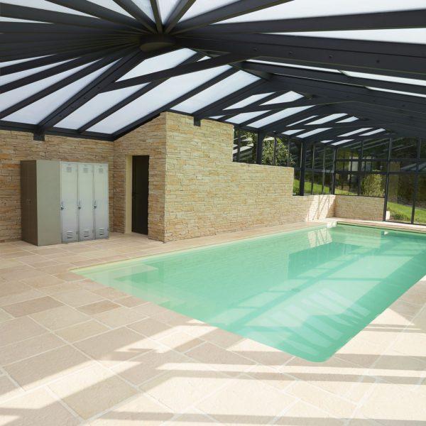 Vestiaire intégré dans la véranda pour piscine