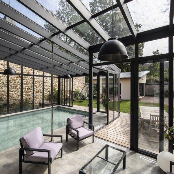 Intérieur de véranda pour piscine avec décoration design