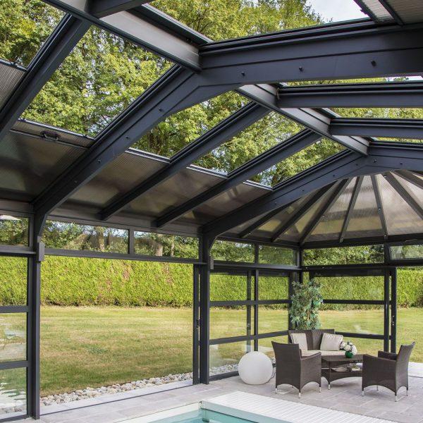 Ouverture maximale des toits ouvrants et des portes coulissantes de la véranda pour piscine
