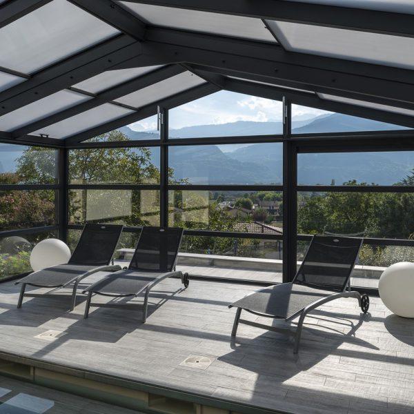 Repos au bord de la piscine et au soleil dans la véranda
