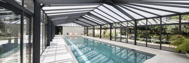 Véranda pour piscine lumineuse et élégante